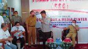 Menteri Pertanian Syahrul Yasin Limpo menyapa sahabatnya, HM Arsyad yang juga Sekda Takalar dalam kunjungan kerjanya di Takalar, Senin (20/4/2020).